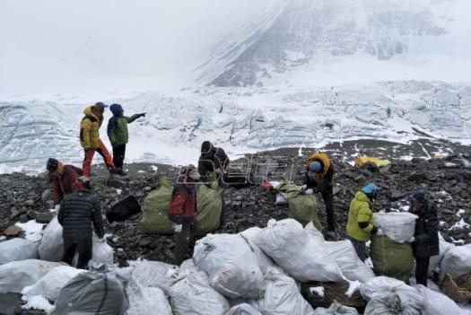 Za pet dana na Everestu skupljeno četiri tone djubreta