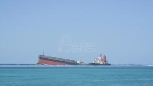 Prepolovio se brod iz kojeg su se izlile tone nafte kod Mauricijusa