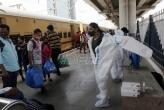 Zbog krave na pruzi pokvario se voz u Indiji i išao u rikverc (VIDEO)