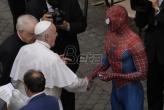 Spajdermen se rukovao sa papom u Vatikanu (VIDEO)