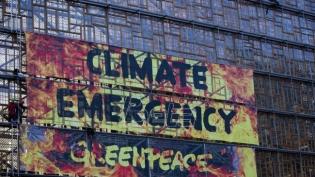 Aktivisti Grinpisa se popeli na sedište EU uoči samita o klimatskim promenama (VIDEO)