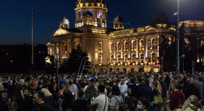 Policija se rasporedila ispred zgrade Predsedništva i Skupštine grada, nastavljaju se sporadični sukobi (VIDEO)