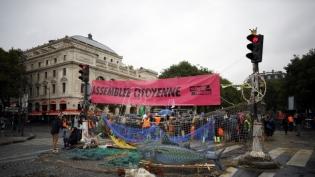 Policija u Parizu oslobodila Parlament od blokade aktivista za klimu (VIDEO)
