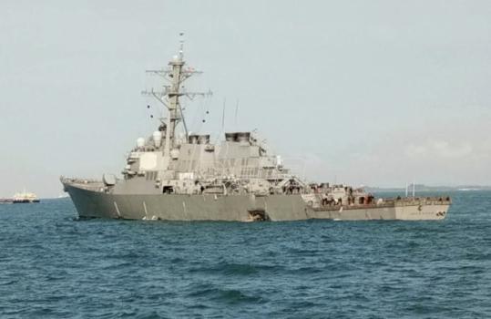 Sudar američkog razarača i tankera, 10 mornara nestalo