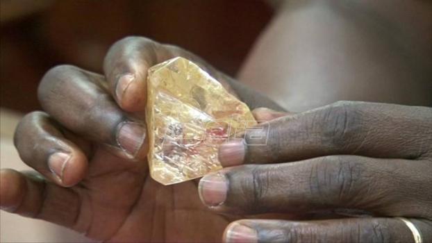 Ružičasti dijamant vredan više desetina miliona dolara predstavljen uoči aukcije