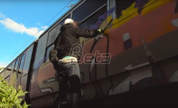 U Varšavi crtača grafita vezali lancem za tramvaj dok ne očisti svoja dela