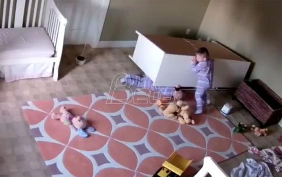 Dvogodišnjak spasio blizanca ispod srušene komode (VIDEO)